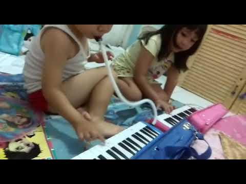 Lagu : IBU KITA KARTINI - Pianika, oleh Deandra (5thn) &  Farren (4thn)