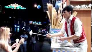 Смешной продавец мороженого в Стамбуле.