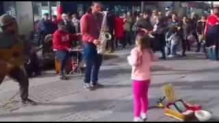 Niña baila Mambo - Lupita -  y la gente se vuelve eufórica. Barcelona
