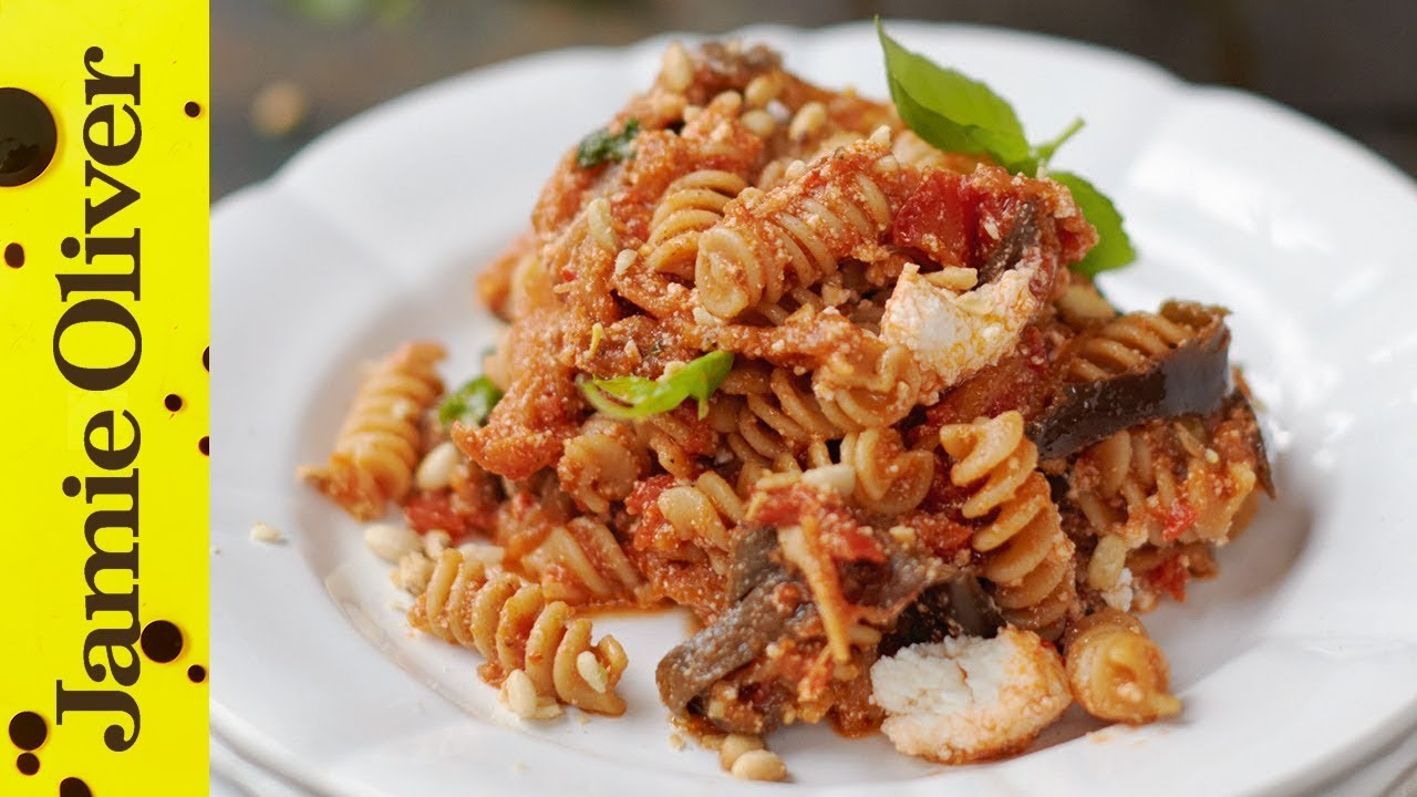 Aubergine, tomato and ricotta pasta: 极电竞app Oliver