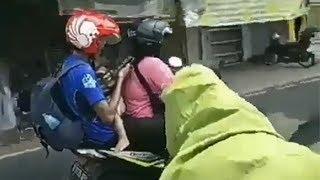 Pakai Kaos Biru, Penumpang Motor Gendong Anak Dimaki dan Disuruh Lepas Baju, Alasannya Bikin Geram
