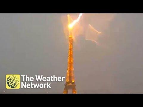 Η στιγμή που κεραυνός χτυπάει τον Πύργο του Άιφελ [video]