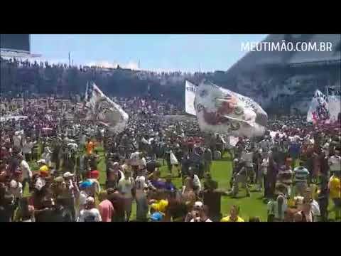 Torcida invade gramado e faz festa inacreditável na Arena Corinthians
