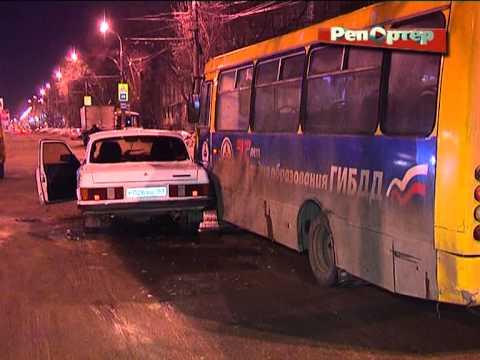 """В Самаре пьяный водитель на """"Волге"""" въехал в автобус и """"газель"""" (видео)"""