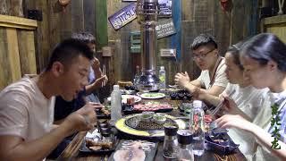 东北大龙205:带着媳妇吃烤肉,竟发生尴尬的事情,只怪小伙见识少了