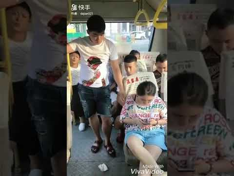 זה מה שקרה כשהאישה הזו זרקה טישו משומש באוטובוס