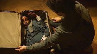 【喵嗷污】男子被困行李箱中,只要一痛就会疯狂吐金币,本想救他的小伙犹豫了