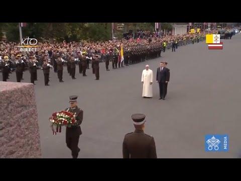 Dépot de fleurs et cérémonie au Monument de la Liberté à Riga