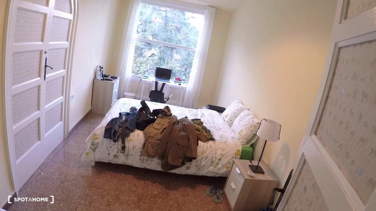 Equipped room with window with street view in 9-bedroom apartment, Eixample