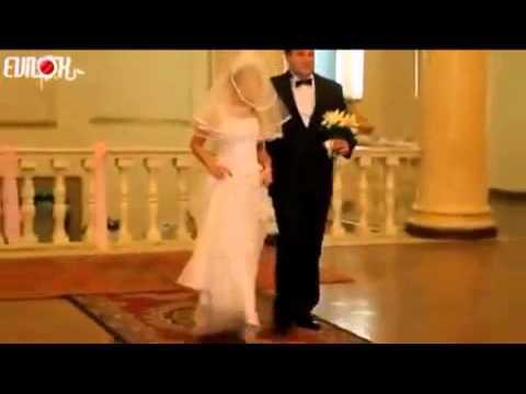 Cade il vestito alla sposa