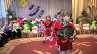 Смотреть онлайн Детский танец с веерами на утреннике в детском саду