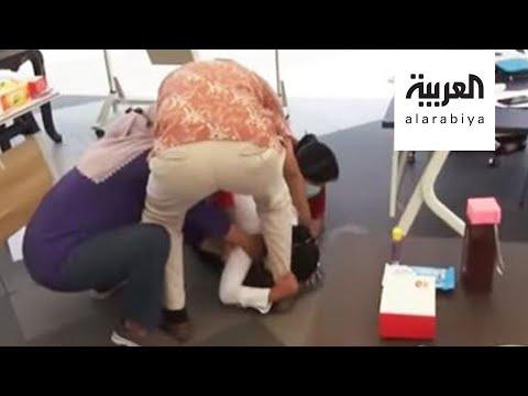 العرب اليوم - شاهد: مسؤولة إندونيسية تنهار باكية عند أقدام الأطباء بسبب