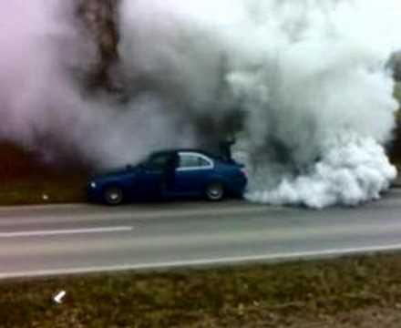 Warum spuckt der Motorroller das Benzin aus