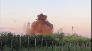 Уничтожение противопехотной мины саперами МЧС Абхазии