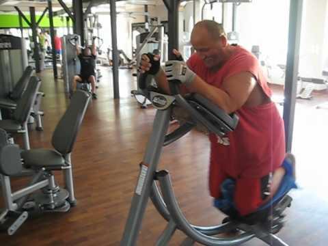 Program fitness dla kobiet w siłowni, aby unieść mięśnie