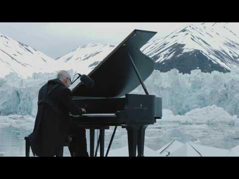 hqdefault - Ludovico Einaudi tocando el piano entre los icebergs del Ártico