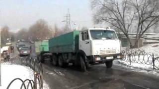2011 01 20 12 10 Камаз в Алматы заносит на гололеде на горке