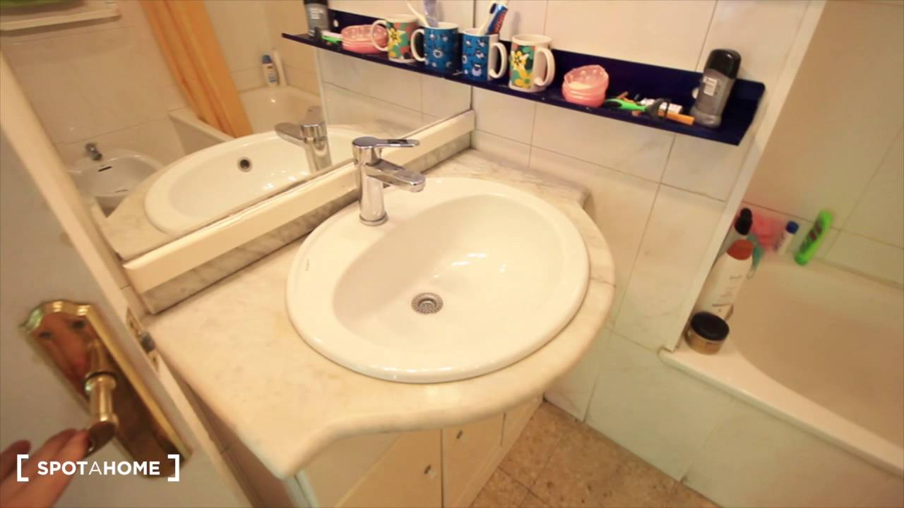 Rooms for rent in 4-bedroom apartment with balcony in Sants Montjuïc