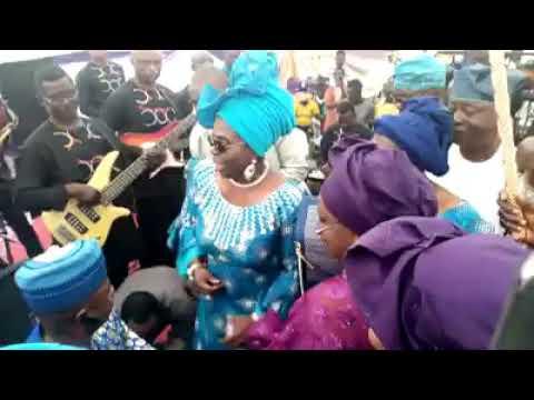 NEWS: YINKA AYEFELE,SEN.OLUJIMI FACE TO FACE ON STAGE@ DINO MELAYE'S MOTHER FUNERAL