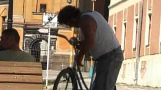preview picture of video 'Rožňava - oprava bicykla na námestí :-)'