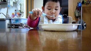 1歳児、焼きうどんを食べる