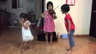 Bé chơi đàn violin