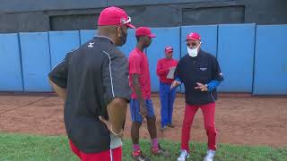 Entrenan glorias del Béisbol a lanzadores de Santiago de Cuba
