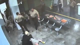 Fight Video. Жесть!!Драка зека против полицииСША!!!