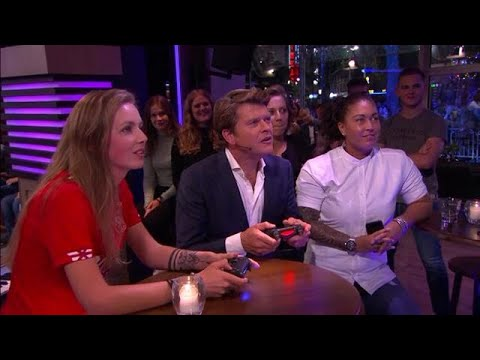 Laura is professioneel FIFA-speelster voor FC Twente - RTL LATE NIGHT/ SUMMER NIGHT