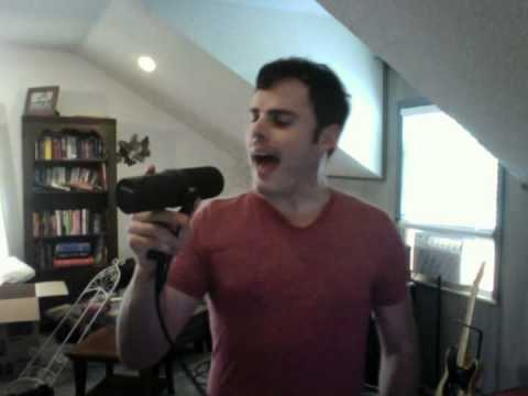 Her synger Marc helt likt Freddie Mercury