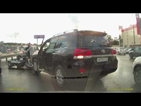 Женщина за рулем TOYOTA Land Cruiser столкнулась с мотоциклом