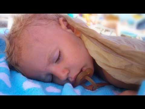 Почему ребенок потеет во сне?