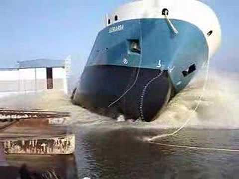 كيف تنزل السفن في الماء ؟ طريقة بسيطة وغريبة