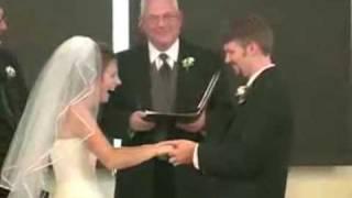 فيديو عروس تصيبها نوبة لاتصدق من الضحك أثناء ترديد نذور الزفاف