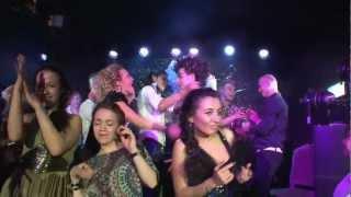 Ведущего раздели на сцене в клубе Гусятникоff на 8 марта