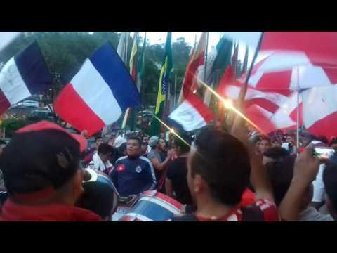 """""""Chivas Dale dale rebaño 🔵⚪🔴 somos los mas grandes de la nacion..."""" Barra: Barra Insurgencia • Club: Chivas Guadalajara"""