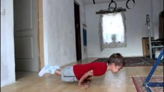 Смотреть онлайн Пятилетний ребенок делает 30 вертикальных отжиманий