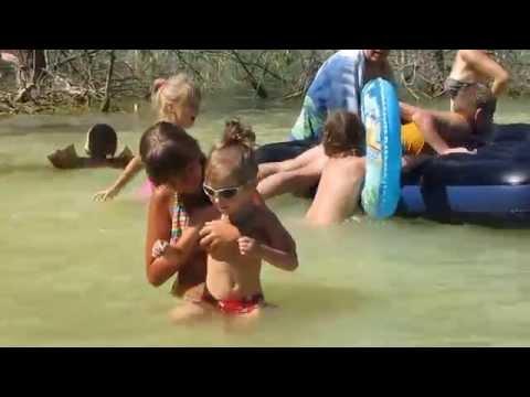 子供たちは湖で子供を入浴、水で遊ぶ