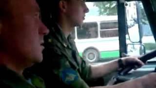 Смотреть онлайн Прапор учит курсанта водить КАМАЗ