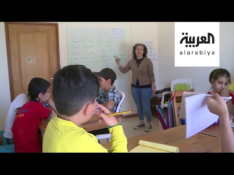 العرب اليوم - شاهد: لبنانية تحول منزلها إلى مدرسة وآخرين يتطوعون