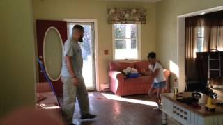 Смотреть онлайн Танцевальный баттл между отцом и дочерью