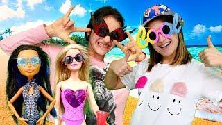 Plaj oyunları. Barbie ve Monster High bebekleri kendilerini süslüyorlar!