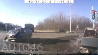 Смотреть онлайн Подборка: Непристегнутые люди вылетают из окон машин
