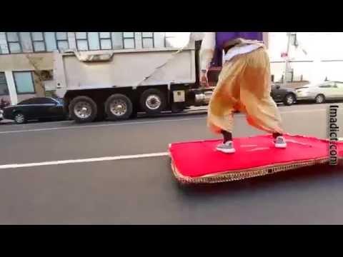 Aladdin paseando por Nueva York en su alfombra mágica