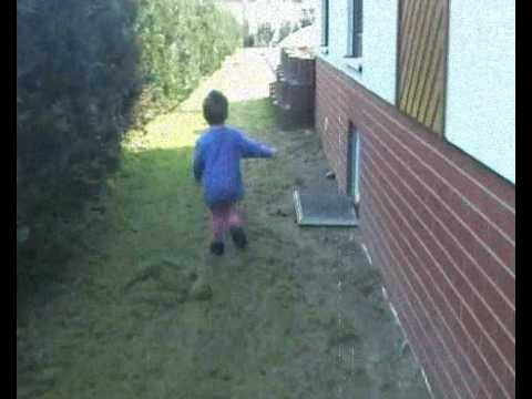 kleiner Mensch in rosa Strumpfhose