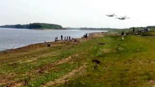Смотреть онлайн Два самолета набирают воду в реке во время полета