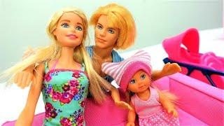 Barbie español. Muñecas bañan a Evi. Vídeos para niñas.