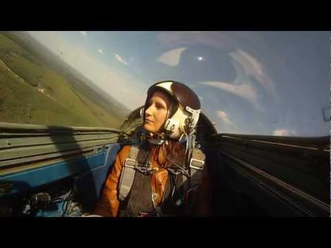 Красивые кадры полета на реактивном самолете красивая девушка