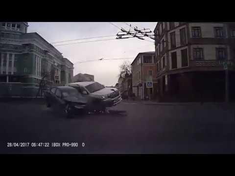 Land Cruiser получил сильнейший удар на перекрёстке в Казани
