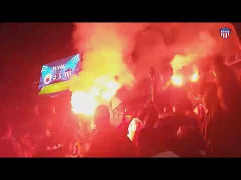 """""""Mira como celebraron el Bicampeonato los hinchas Junioristas en el campín 🔴⚪"""" Barra: La Banda de Los Kuervos • Club: Junior de Barranquilla"""